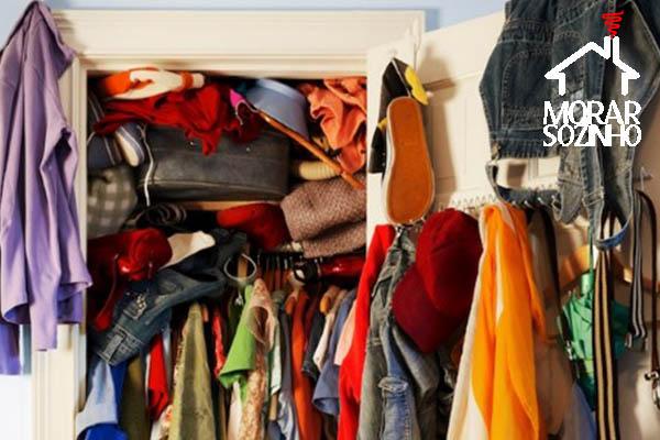guarda roupa bagunçado